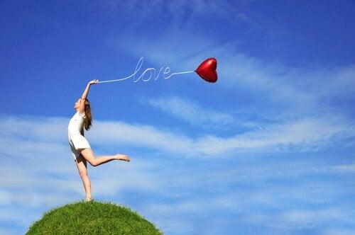 Balon z napisem miłość