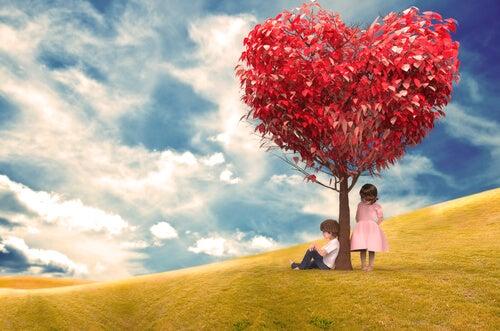 Dzieci pod drzewem z sercami
