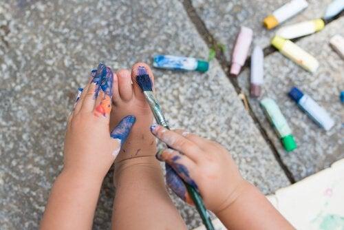 Dziecko maluje paznokcie