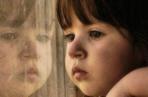 Dziecko patrzące w okno