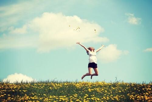 dziewczyna skacze na łące