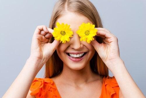 Kobieta kwiaty na oczach miłość