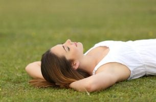 Kobieta leżąca na łące - relaks