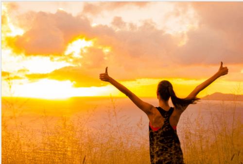 Kobieta motywacja o wschodzie słońca