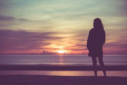 Kobieta ogląda zachód słońca