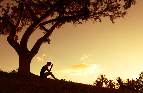 Kobieta pod drzewem