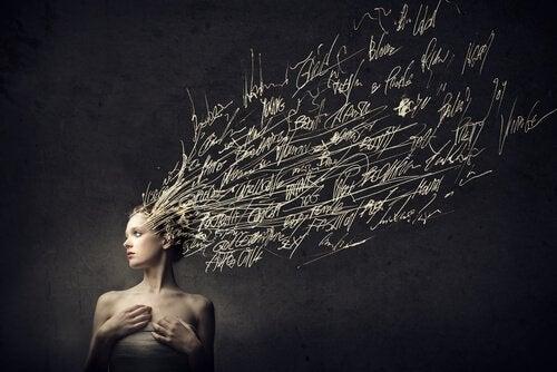 Kobieta z włosami z napisów