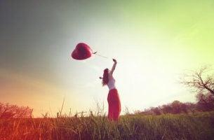 Kobieta z balonem na łące