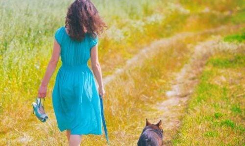 Kobieta z psem na spacerze