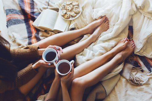 Koleżanki w łóżku czytają książkę