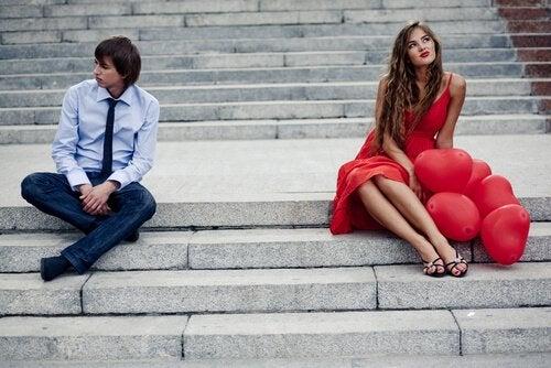 Oddalona para na schodach - jak rozpoznać obojętność