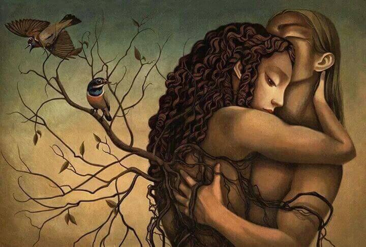 Para przytulająca się przy drzewie