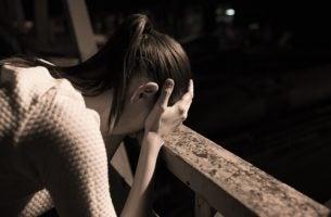 Smutna przestraszona kobieta