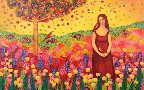 Szczęśliwa kobieta na polanie - piękno w życiu