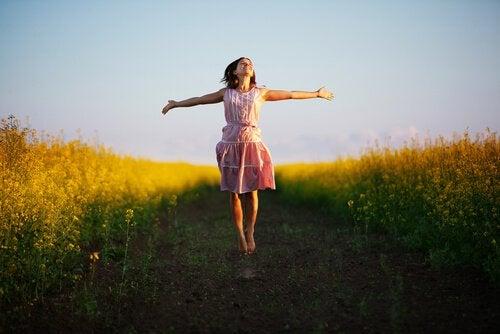 Dziewczyna na łące - wolność