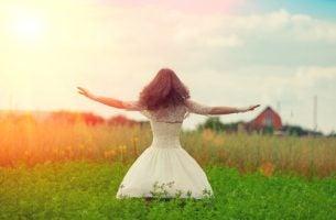 Kobieta na łące - intuicja