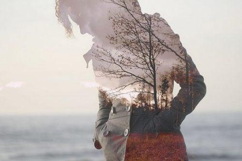 Kobieta rozmyśla na plaży