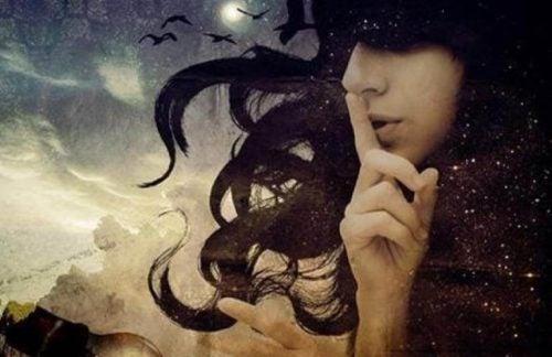 Kobieta z palcem na ustach - gdy czegoś pragniesz, nie mów
