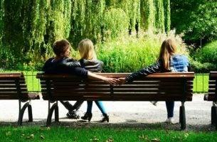 Trzy osoby na ławce - niewierność