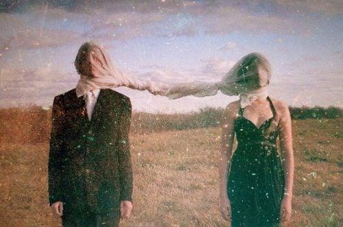 Para z zawiązanymi oczami na polu