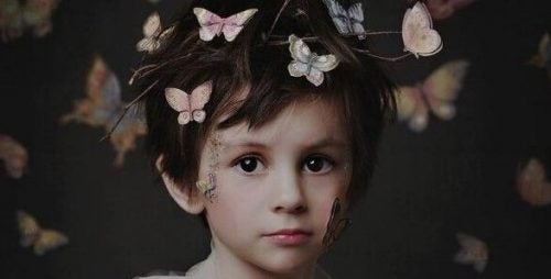 smutne dziecko z wiankiem