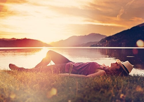 Spanie nad jeziorem