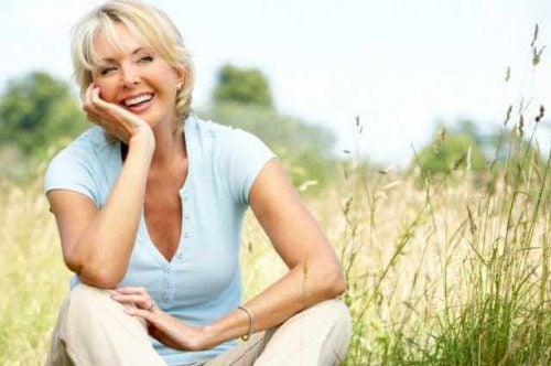 Uśmiechnięta kobieta na polu