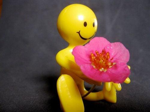 Uśmiechnięta zabawka z kwiatkiem