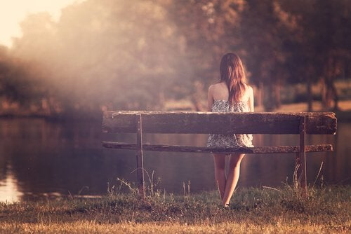 Kobieta siedzi na ławce
