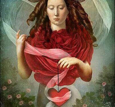 Kobieta trzyma w ręku czerwone serce