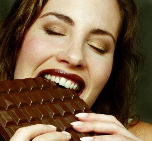 Kobieta jedząca czekoladę