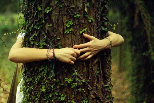 Kobieta przytula drzewo