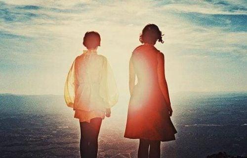 Dwoje ludzi - spacer