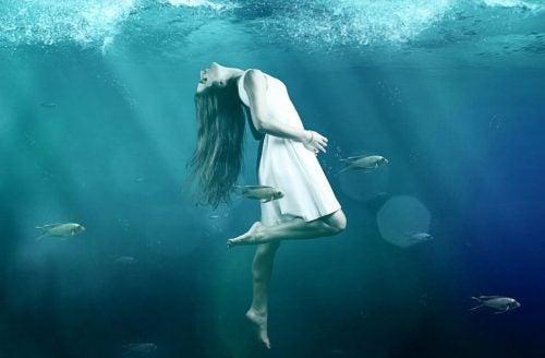 Dziewczyna pod wodą
