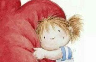 Dziewczynka przytula serce