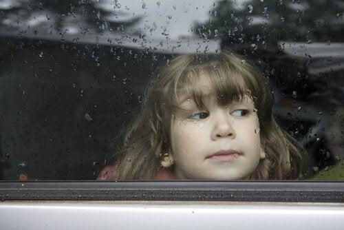 Smutna dziewczynka za oknem