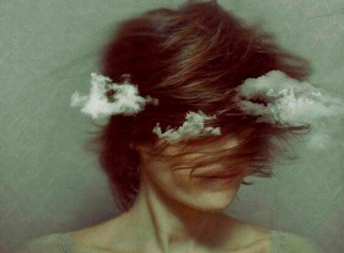Kobieta z głową w chmurach