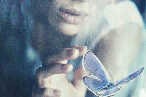 Kobieta i motyl