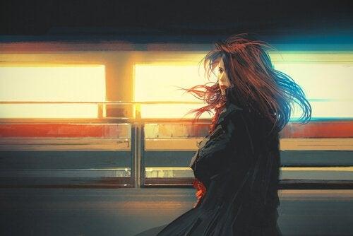 Kobieta spogląda na pociąg