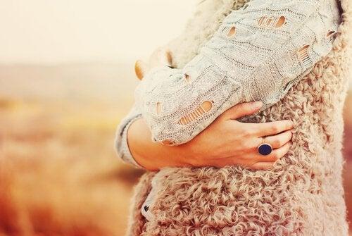 Kobieta przytulenie
