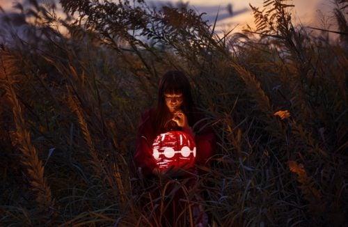 Kobieta z lampionem