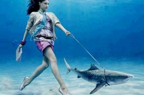 Kobieta na spacerze z rekinem