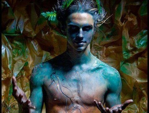 Mężczyzna o niebieskiej skórze