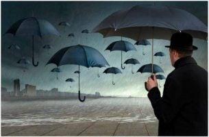 Mężczyzna z wieloma parasolami, w deszczu