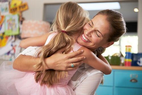 Mama przytula córkę