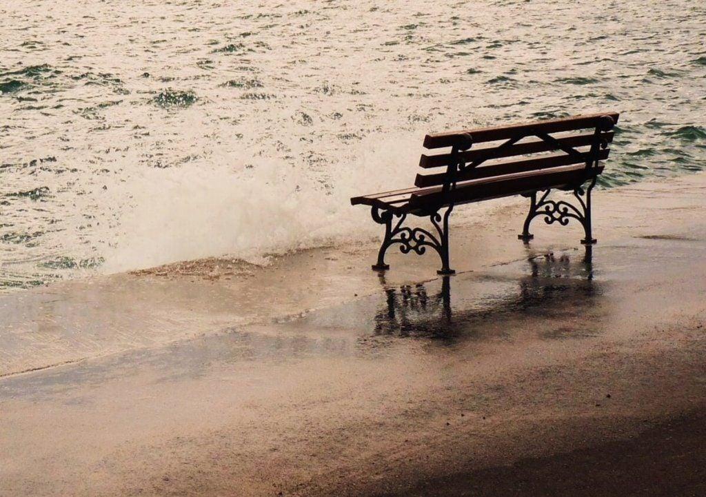 Nostalgia w postaci ławki na plaży