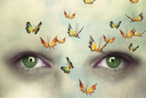 Zbliżenie oczu, przed którymi latają motyle