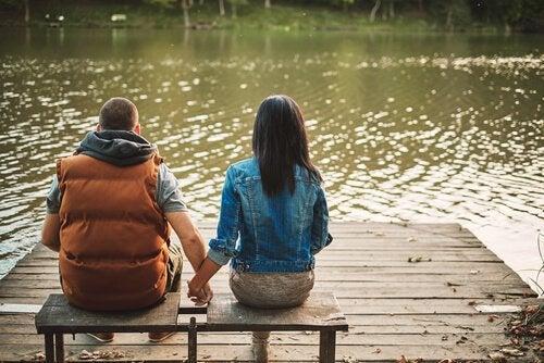 para rozmawia ze sobą w parku