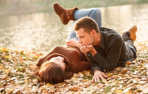 Rozmowa pary w parku