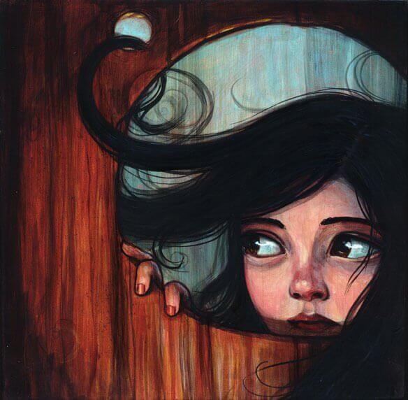 Kobieta wyglądająca przez drzwi